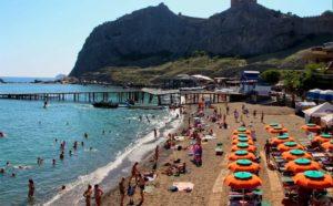 пляж на курорте судак