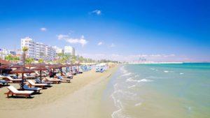пляж на курорте ларнака на кипре