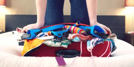 убираем лишние вещи из чемодана